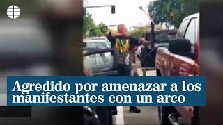 Un hombre recibe una brutal paliza tras amenazar a un grupo de manifestantes con un arco