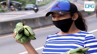 Familias que perdieron su trabajo por cuarentena obligatoria en El Salvador salen para vender fruta