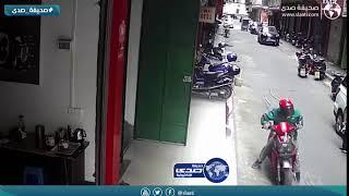 نجاة قائد دراجة نارية بعد سقوط ماسورة مياه على رأسه