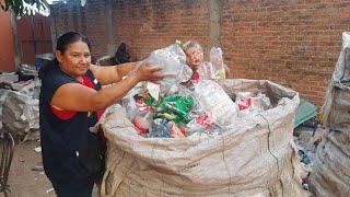 Una madre luchadora reciclando basura