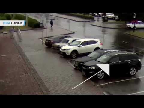 Как вылетело стекло в машине томского чиновника