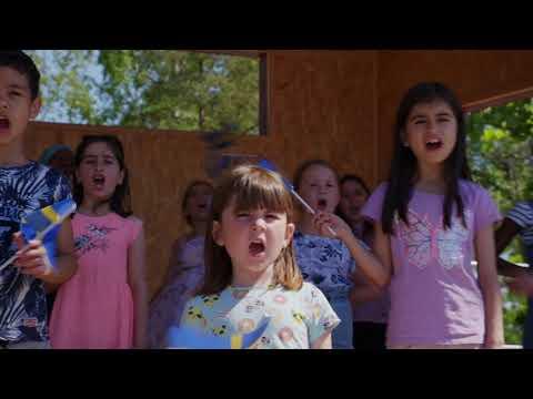 Kronoparksskolans fritidskör sjunger Sveriges nationalsång