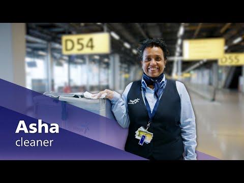 Airport stars: schoonmaakster Asha photo