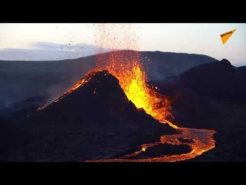 İzlanda'daki Fagradalsfjall Yanardağı'nın lav püskürttüğü anlar yakından görüntülendi