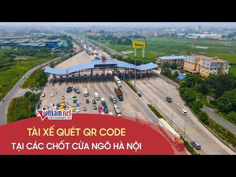 Tài xế quét QR code để vào thành phố tại các chốt kiểm soát dịch Covid-19 cửa ngõ Hà Nội