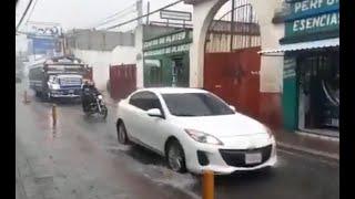 Correntadas arrastran a dos motoristas en Villa Nueva