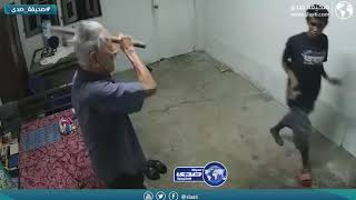 مراهق يعتدي على مسن ويضربه