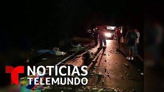 Al menos 20 muertos en un choque de un autobús y un camión cargado con fruta   Noticias Telemundo