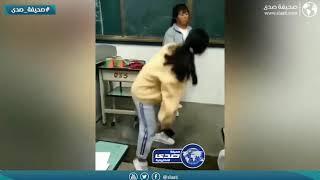 معلمة تعاقب الطلاب على طريقتها