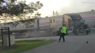 نجاة سائق شاحنة بأعجوبة بعد اصطدامها بالقطار
