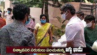 Jagapathi Babu Helping Members Of Film Industry Providing Daily Needs | సరుకులు పంచుతున్న జగ్గూ భాయ్ - IGTELUGU