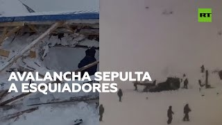 Una avalancha sepulta a esquiadores en una pista de esquí del Cáucaso