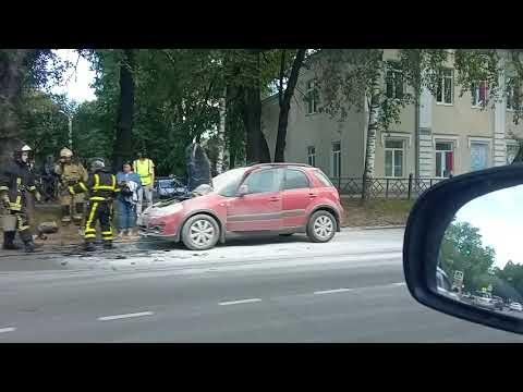 В Сыктывкаре на Советской загорелась машина, 11 июня