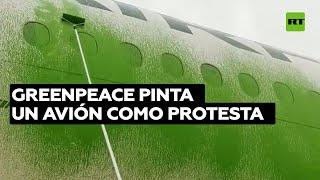 Activistas de Greenpeace vandalizan un avión en París
