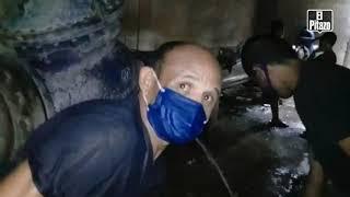 Aragua | Comunidad se abastece de agua en una fuga debajo de un puente