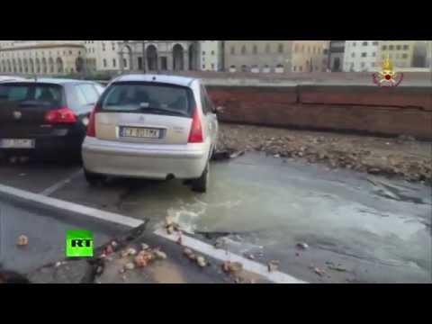 Во Флоренции на дороге образовалась двухсотметровая яма