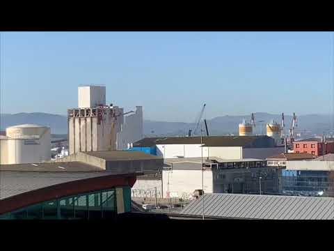 Desde mi ventana... así vemos cómo se demuele uno de los silos del puerto