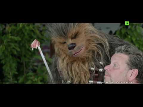 HAN SOLO Una Historia de Star Wars-Chicote enseña a Chewbacca el arte de cortar jamón