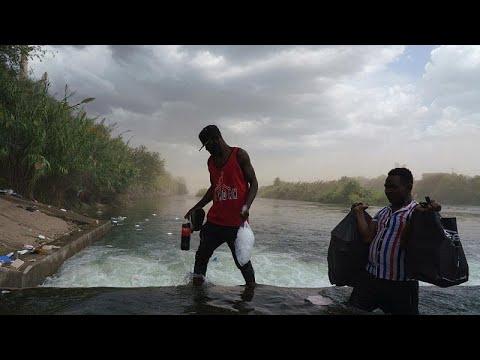 A Rio Grande-folyón keresztül közlekednek a menekülők Mexikó és az USA között