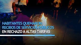 Habitantes quemaron recibos de servicios públicos en rechazo a altas tarifas