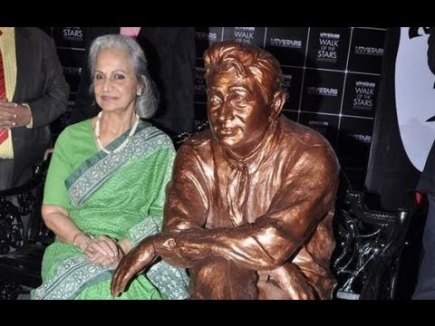 Waheeda Rahman Unveils Dev Anand's Statue