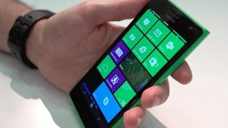Nokia Lumia 735 shows off its comfortable plastic curves