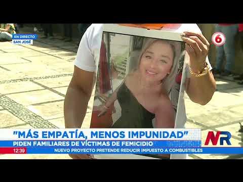 Familiares de víctimas de femicidio realizan acto simbólico frente al poder judicial