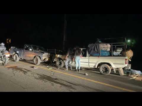 Dos pickup colisionaron de frente en Alta Verapaz
