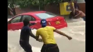 Así fue el angustioso rescate de carros arrastrados por un arroyo en Barranquilla