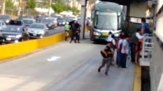 Bus de la Policía invadió carril exclusivo del Metropolitano y causó caos vehicular [VIDEO]