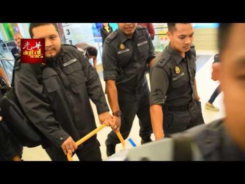 3单位突检M Mall 执法员推走一车文件