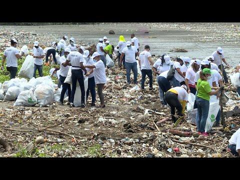 Gran cantidad de plástico y otros desechos recogidos en playa en Costa del Este