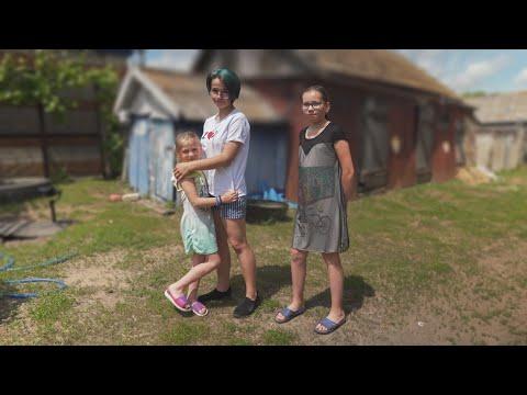 Двое детей в 18 лет. Как 3 девочки выживают в селе без родителей.