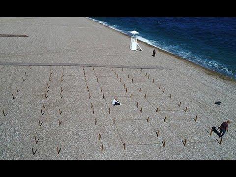 Antalya'nın dünyaca ünlü Konyaaltı plajında deniz keyfine 'sosyal mesafe' ayarı