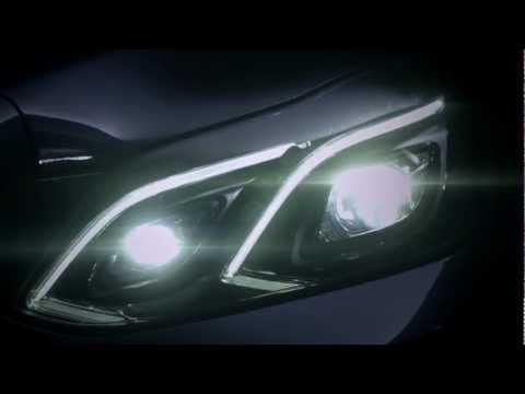"""Nowe przednie lampy i nadwozie pozbawione przetłoczeń nawiązujących do dawnych """"pontonów"""" - odświeżona klasa E w wersji sedan chce skuteczniej konkurować z A6 i serią 5."""