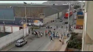 Barristas de Universitario y Sporting Cristal se enfrentan con bombas molotov en el Cercado de Lima