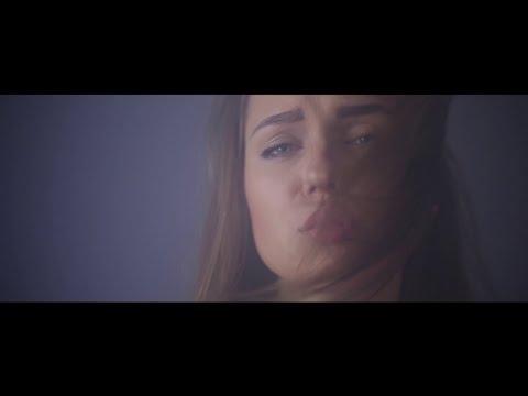 Video: Kol lietuvaitės dainuoja plikais papais - Greta milijonus žiūrovų pavergia savo balsu