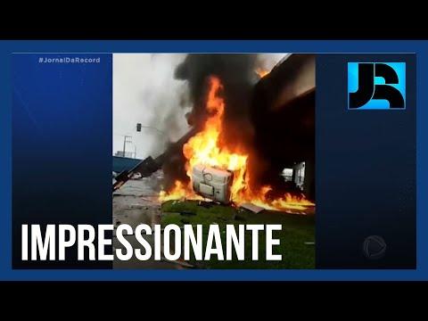 Motorista sobrevive após caminhão cair de viaduto e pegar fogo em Santa Catarina