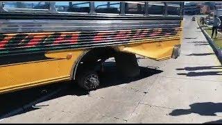 Bus pierde llantas traseras en plena marcha
