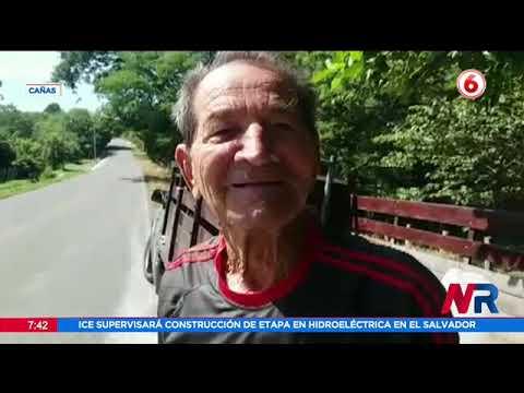 Un vecino de Cañas tapa huecos en carretera de la Interamericana Norte