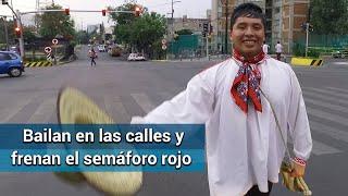Bailarines de música tradicional frenan el semáforo rojo en la
