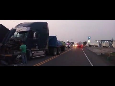 Colisión entre tráiler y vehículo afecta el tránsito en  ruta CA-2 Occidente