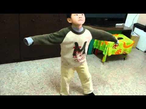 超好笑~四歲小孩自學Michael Jackson 麥可傑克森-Thriller顫慄舞.mp4