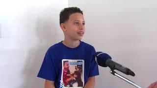 Niño de 11 años establece su empresa de bañar perritos