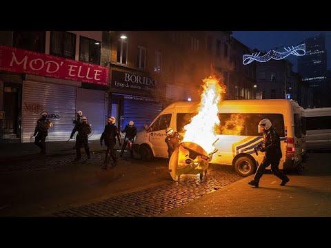 Apedrean el coche del Rey de Bélgica durante una protesta contra la brutalidad policial