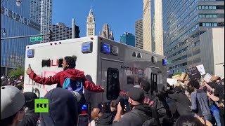 Manifestantes atacan una camioneta policial durante protestas en Chicago