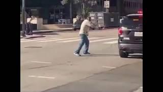 مسن يهدد الشرطة بطريقة غريبة