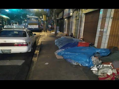 Personas duermen en la intemperie a pesar de las bajas temperaturas