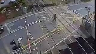 رجل كاد يتوفى على سكة قطار بسبب تهوره