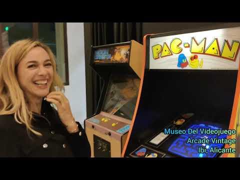 Pac-man player Marta Hazas en el Museo del Videojuego Arcade Vintage